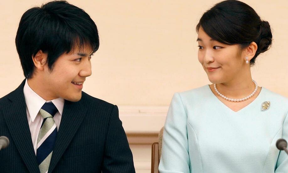 Công chúa Nhật Bản Mako (phải) và hôn phu Kei Komuro mở họp báo công bố đính hôn hồi tháng 9/2017. Ảnh: Reuters
