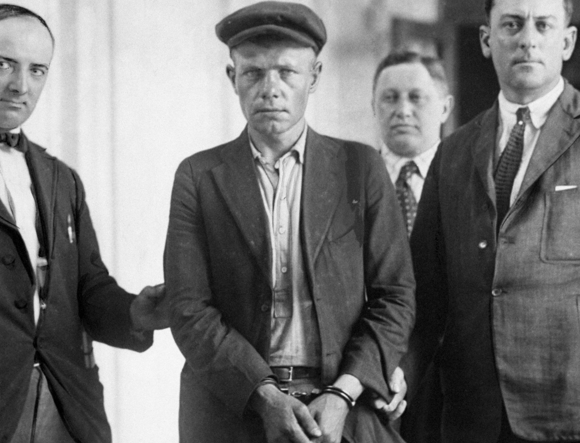 Lawrence Kubal được dẫn đến trại giam Sing Sing sau phiên toà tháng 7/1921. Ảnh: NYdailynews