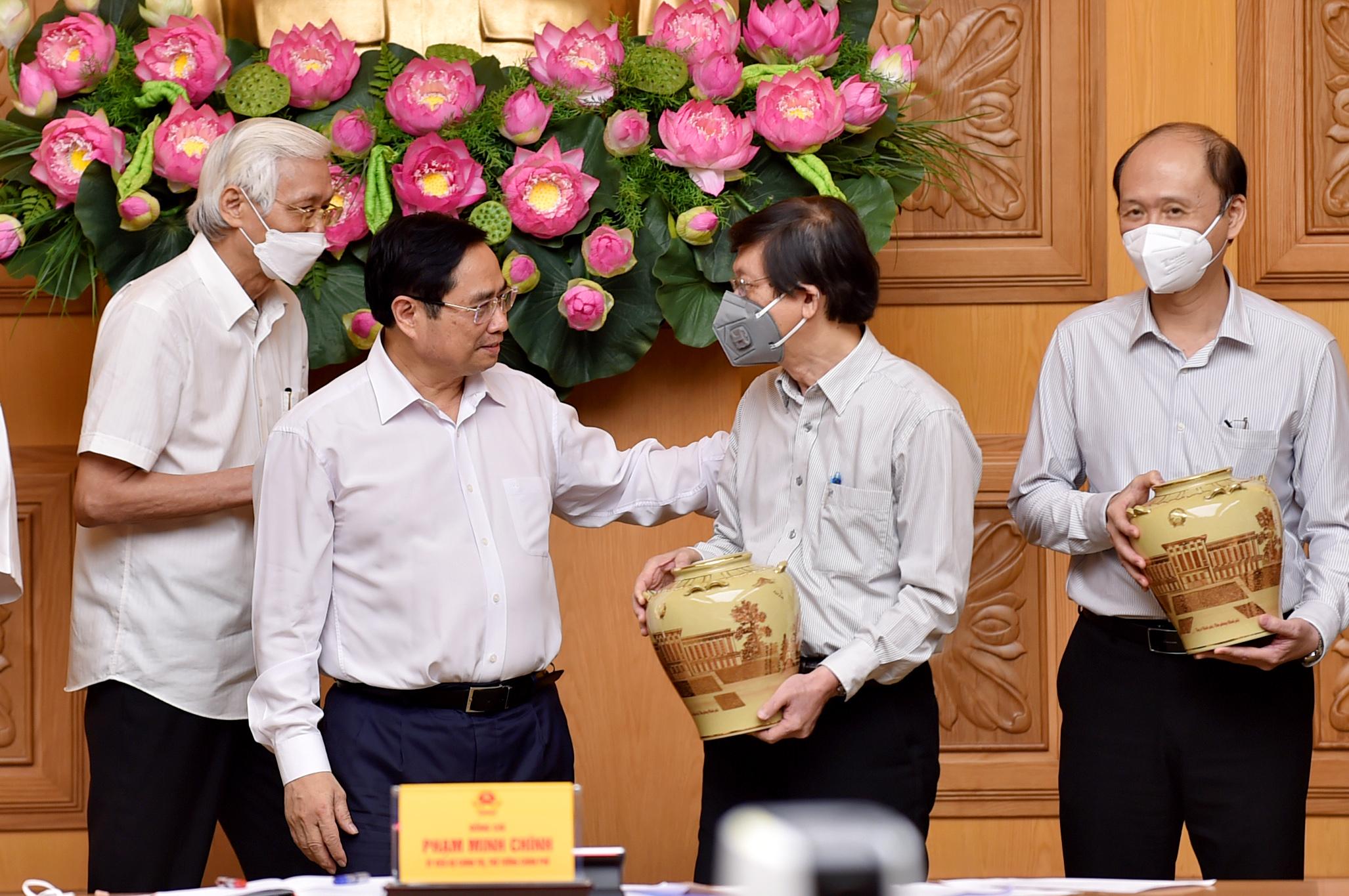 Thủ tướng trao đổi với các nhà khoa học, chiều 1/9. Ảnh: Nhật Bắc