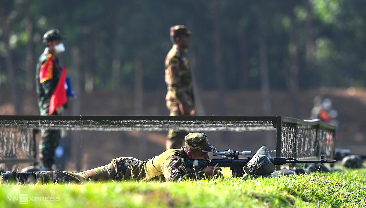 Tuyển thủ dự thi chặng 2 môn Xạ thủ bắn tỉa tại Trung tâm Huấn luyện quân sự Quốc gia 4, ngày 1/9. Ảnh: Giang Huy