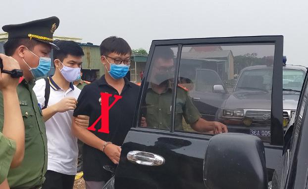 Công an bắt giữ Thuận (áo đen). Ảnh: Lam Sơn.