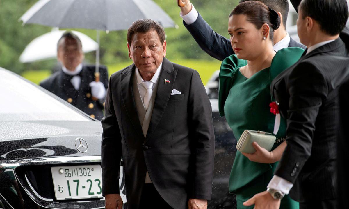 Tổng thống Duterte và con gái Sara Duterte-Carpio (giữa) tại Tokyo, Nhật Bản hồi tháng 10/2019. Ảnh: Reuters.