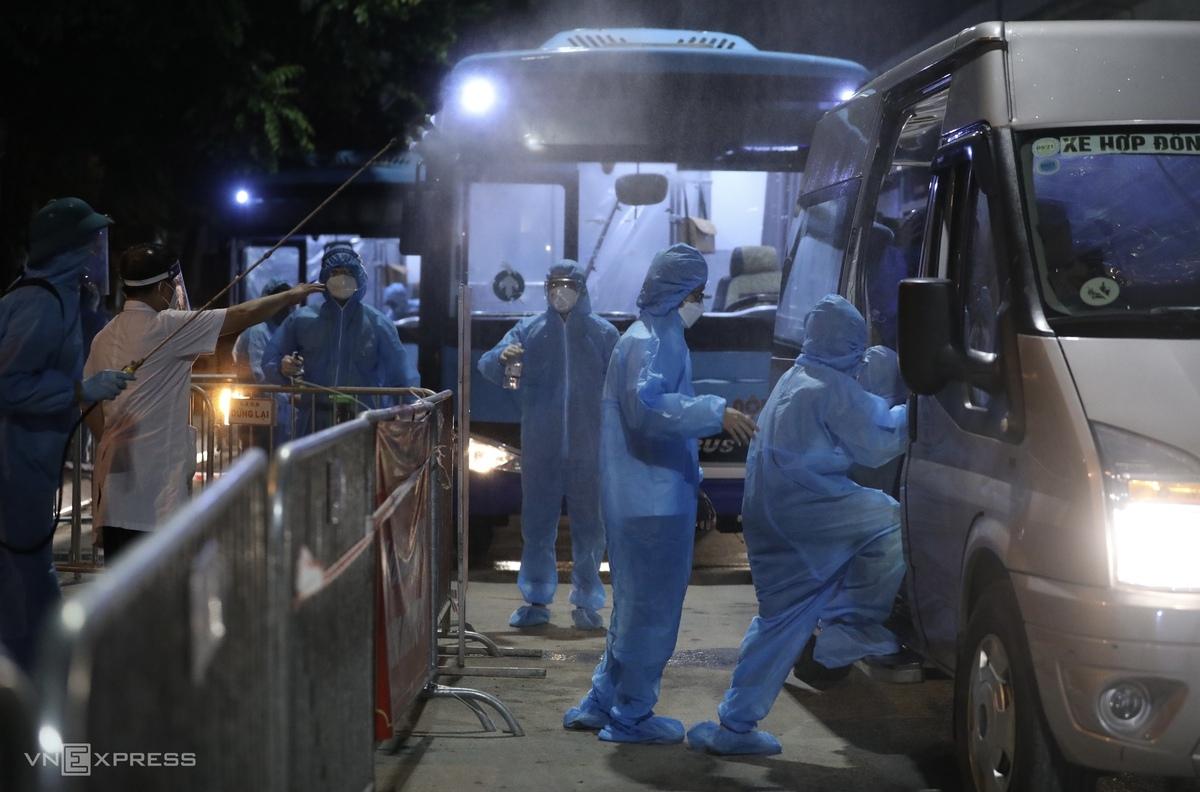 Khoảng 100 người dân dân sống trong khu vực phong toả phường Thanh Xuân Trung đã được di chuyển đi cách ly tập trung tại khu ký túc xá ĐH FPT (Hoà Lạc), tối 1/9. Ảnh: Ngọc Thành.