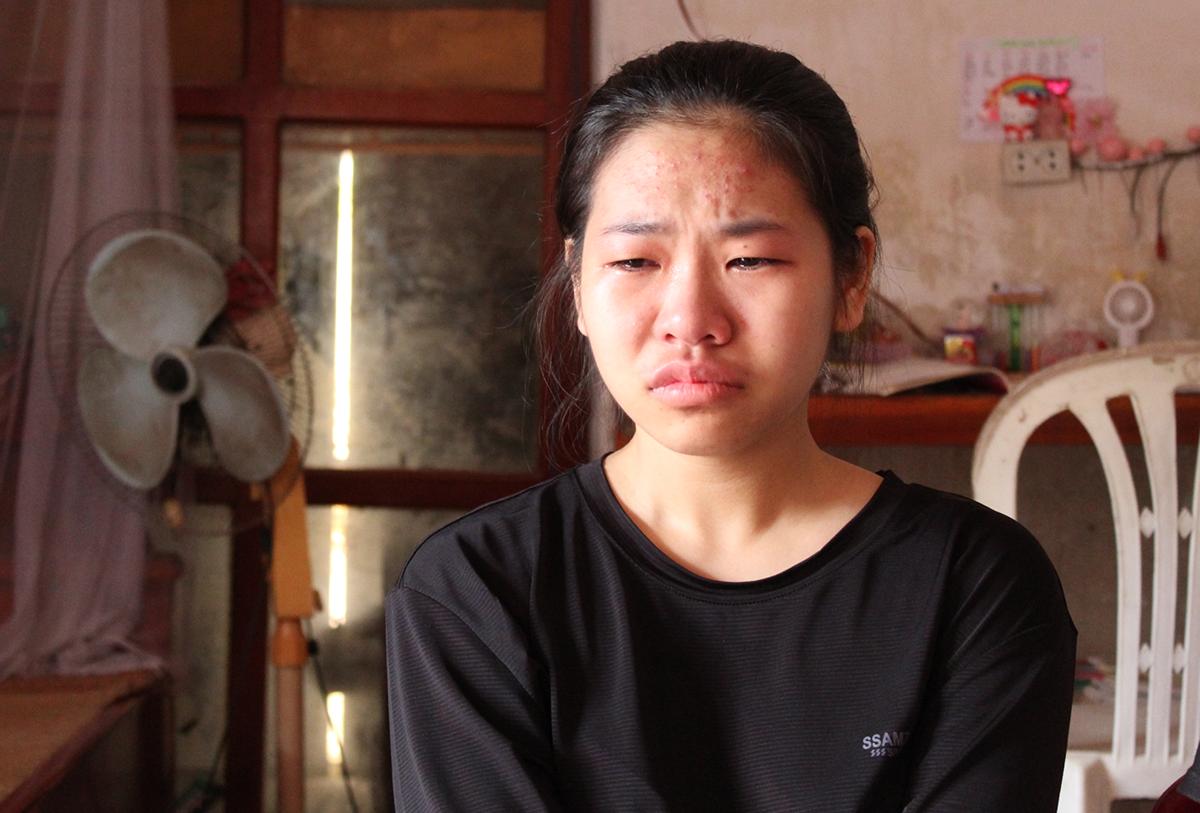 Nữ sinh Trịnh Như Khiêm nức nở khi nhắc đến chuỵện buồn của gia đình. Ảnh: Hoằng Lộc.
