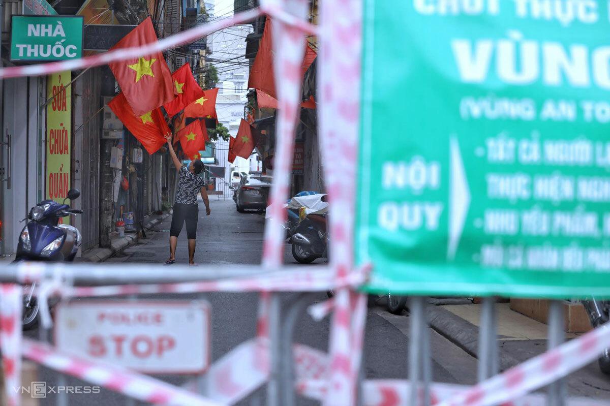 Phía trong một chốt vùng xanh, người dân Hà Nội vẫn treo cờ tổ quốc ngày Quốc khánh 2/9. Ảnh: Ngọc Thành