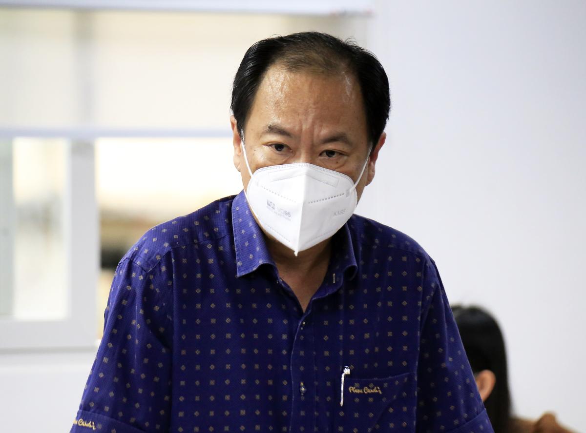 Phó giám đốc Sở Y tế TP HCM Nguyễn Hoài Nam trả lời báo chí tại cuộc họp báo chiều 2/9. Ảnh: Hữu Công