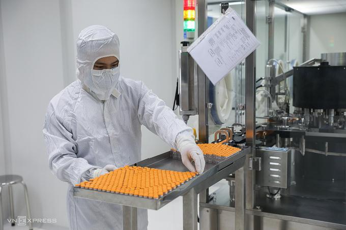 Nhân viên Công ty Nanogen tiến hành các công đoạn sản xuất vaccine Nanocovax tại trụ sở ở quận 9, TP HCM, tháng 12/2020. Ảnh:Quỳnh Trần