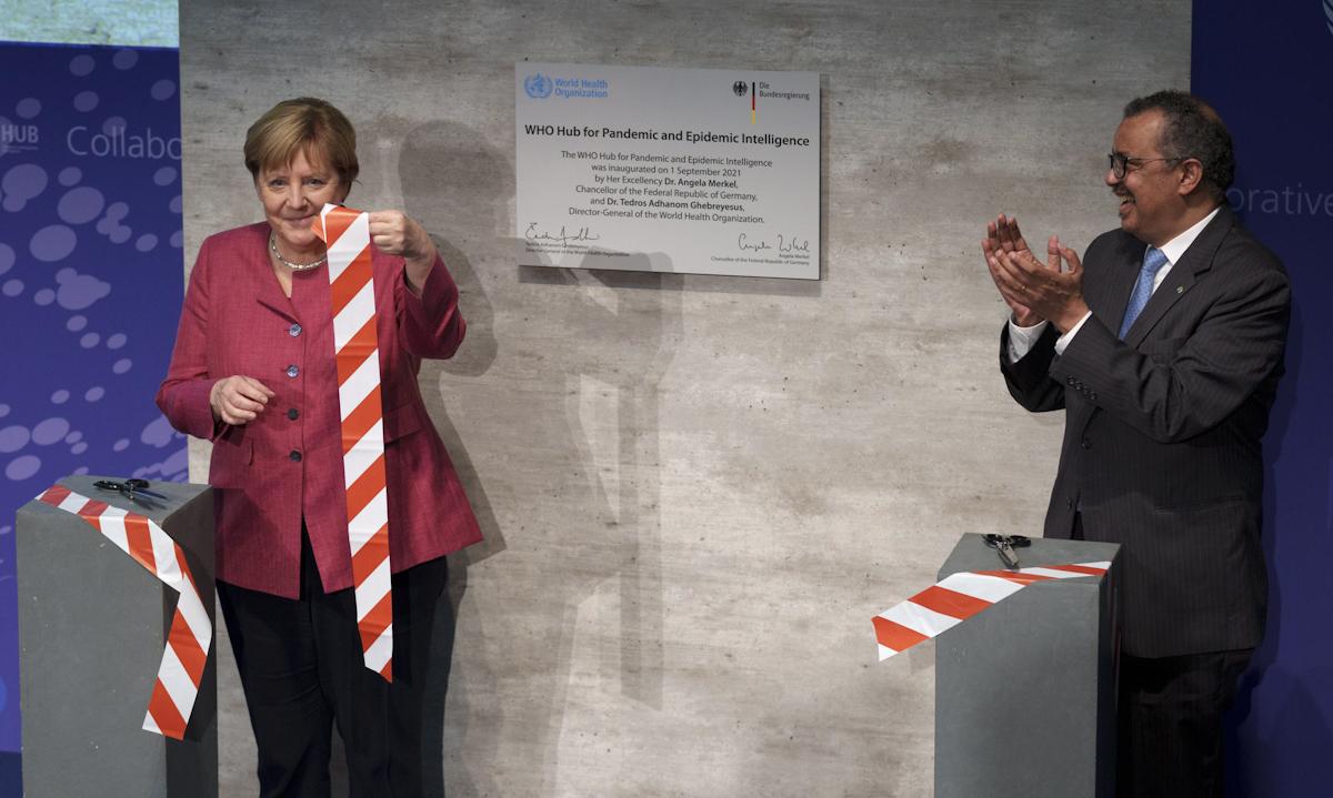 Tổng giám đốc WHO Tedros Adhanom Ghebreyesus (phải) và Thủ tướng Đức Angela Merkel cắt băng khai trương trung tâm tình báo đại dịch tại Berlin, Đức hôm 1/9. Ảnh: AP.