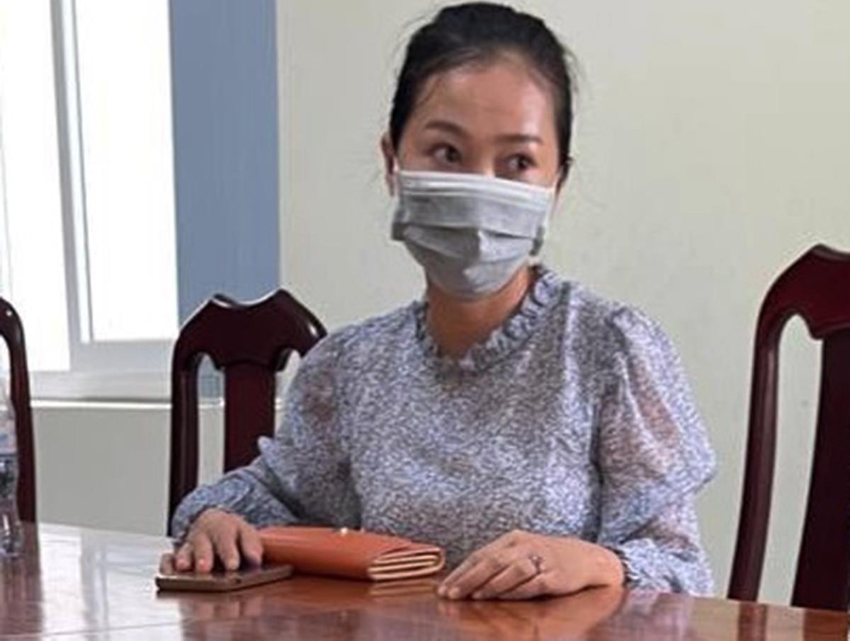 Bà Dương làm việc với cơ quan chức năng. Ảnh: Nhật Vy