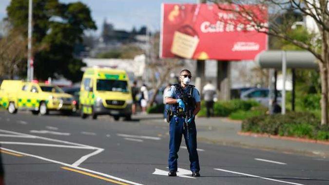 Cảnh sát New Zealand đứng gác tại hiện trường vụ tấn công khủng bố ở Auckland hôm nay. Ảnh: Newstalkzb