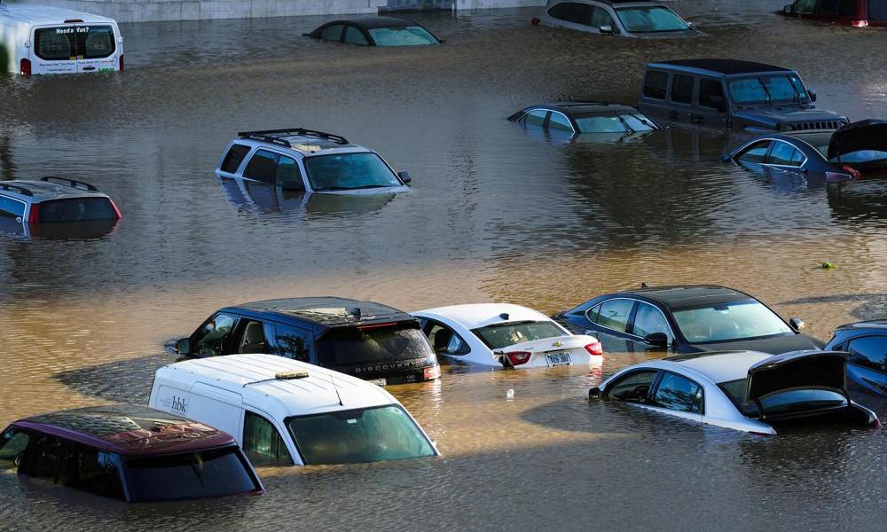 Các phương tiện ngập trong nước tại thành phố Philadelphia, bang Pennsylvania, Mỹ, hôm 2/9. Ảnh: AP.