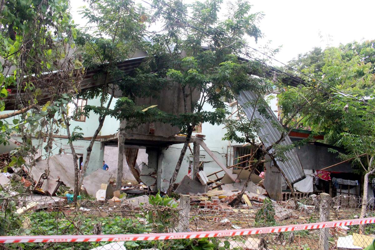 Ngôi nhà cấp bốn của ông minh bị sập đổ, đồ dùng bay khắp nơi. Ảnh: Đắc Thành.