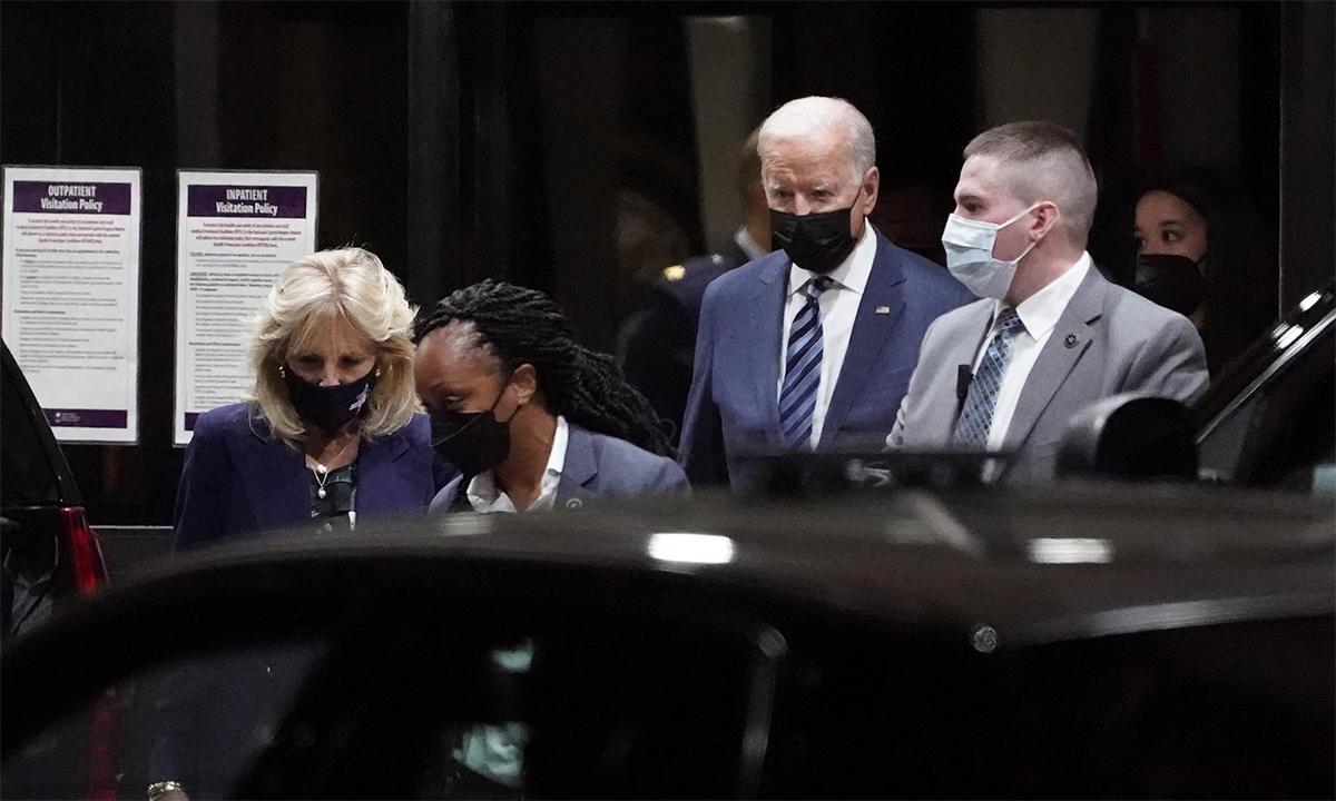 Tổng thống Mỹ Joe Biden (thứ ba từ trái sang) và Đệ nhất Phu nhân Jill Biden (thứ nhất từ trái sang) tại Trung tâm Quân y Quốc gia Walter Reed ngày 2/9. Ảnh: AP.