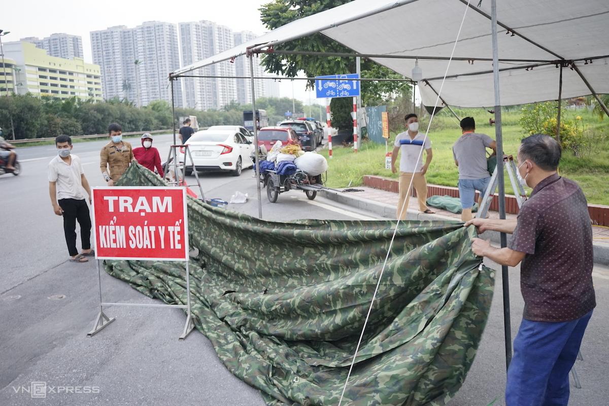 Dựng chốt tại Đại lộ Thăng Long, chiều 3/9. Ảnh: Gia Chính
