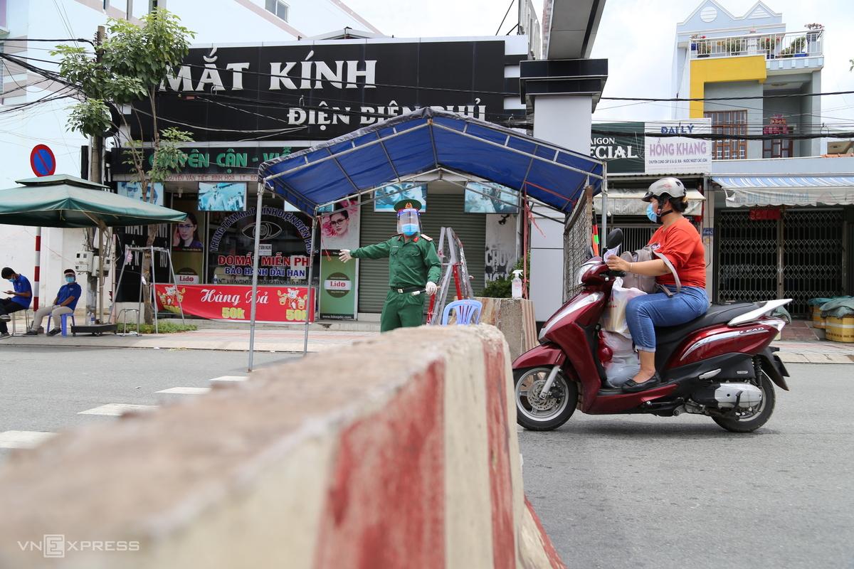 Một chốt kiểm soát người đi đường ở phường Lái Thiêu, TP Thuận An, ngày 5/8. Ảnh: Đình Văn