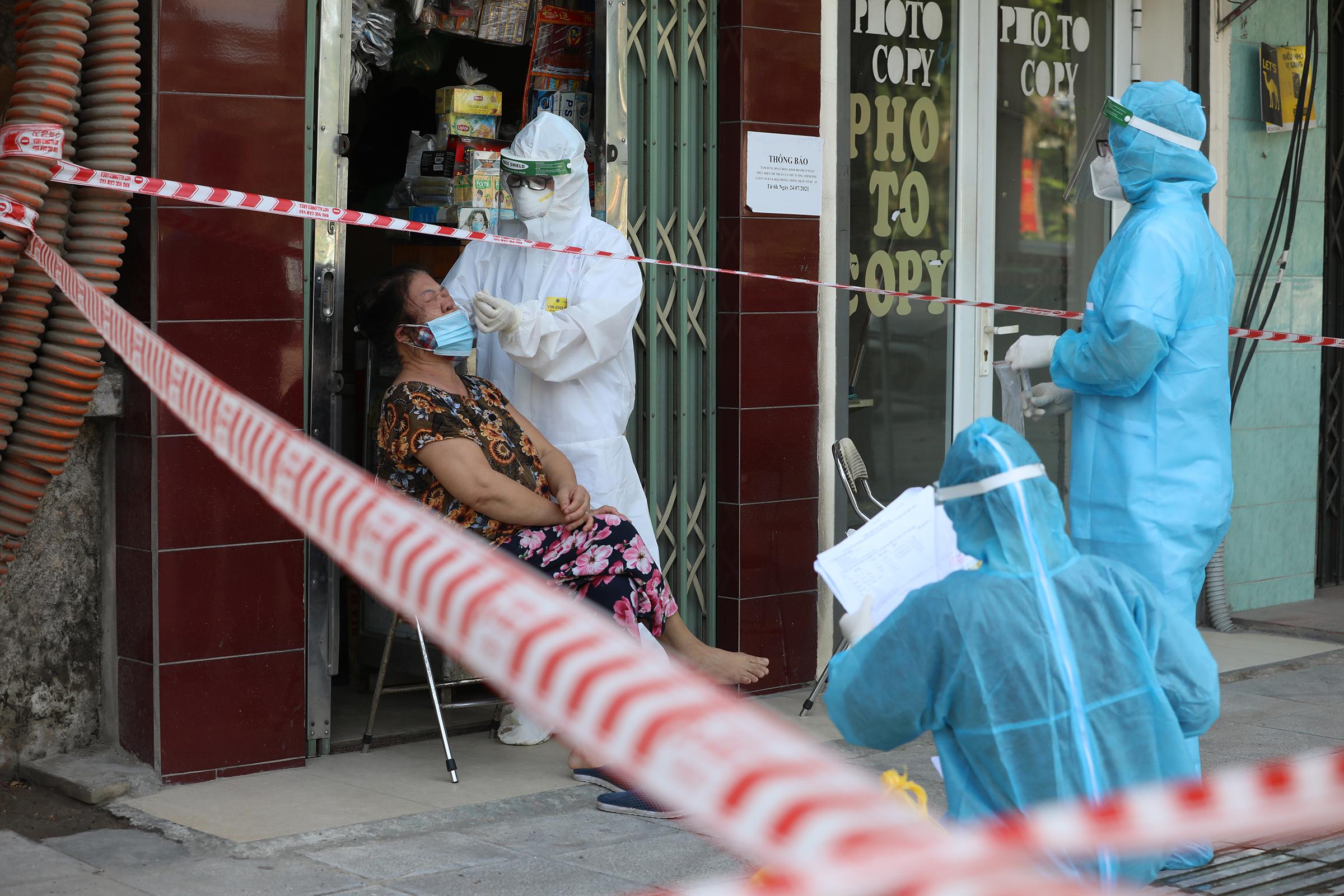 Nhân viên y tế lấy mẫu xét nghiệm cho người dân tại phường Thanh Xuân Trung, quận Thanh Xuân, Hà Nội, tháng 8/2021. Ảnh: Ngọc Thành