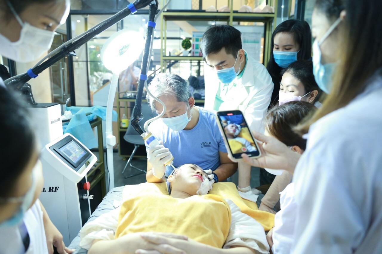 KS Lương Vũ Đăng Quang chuyển giao công ngệ laser CO2 vi điểm cho một trung tâm đào tạo cấp bằng chăm sóc da liễu ở Phú Mỹ Hưng (Quận 7, TP HCM). Ảnh: NVCC