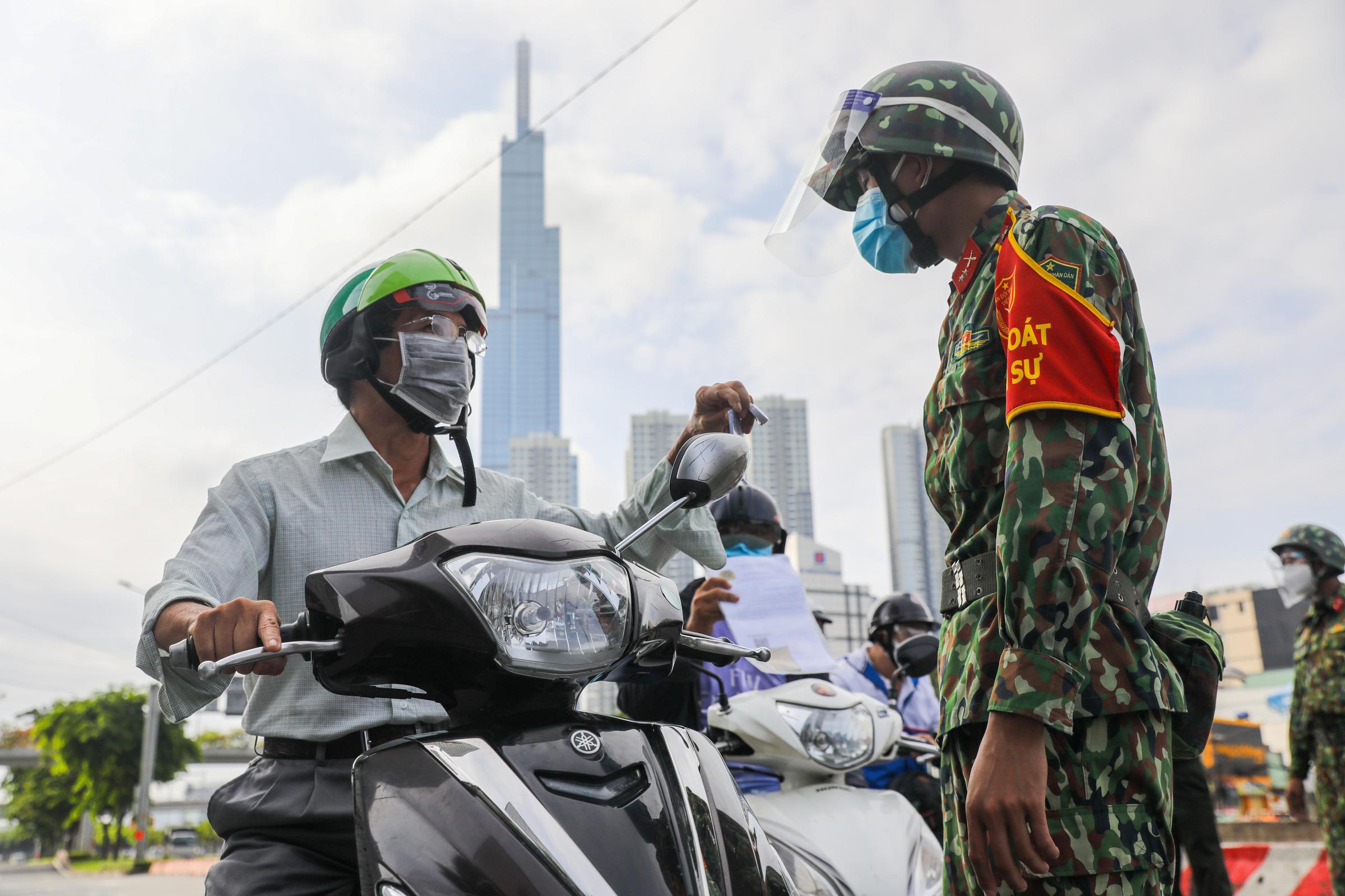 Người dân khai báo di biến động cư dân tại chốt kiểm soát Covid-19 ở quận Bình Thạnh, ngày 30/8. Ảnh: Quỳnh Trần