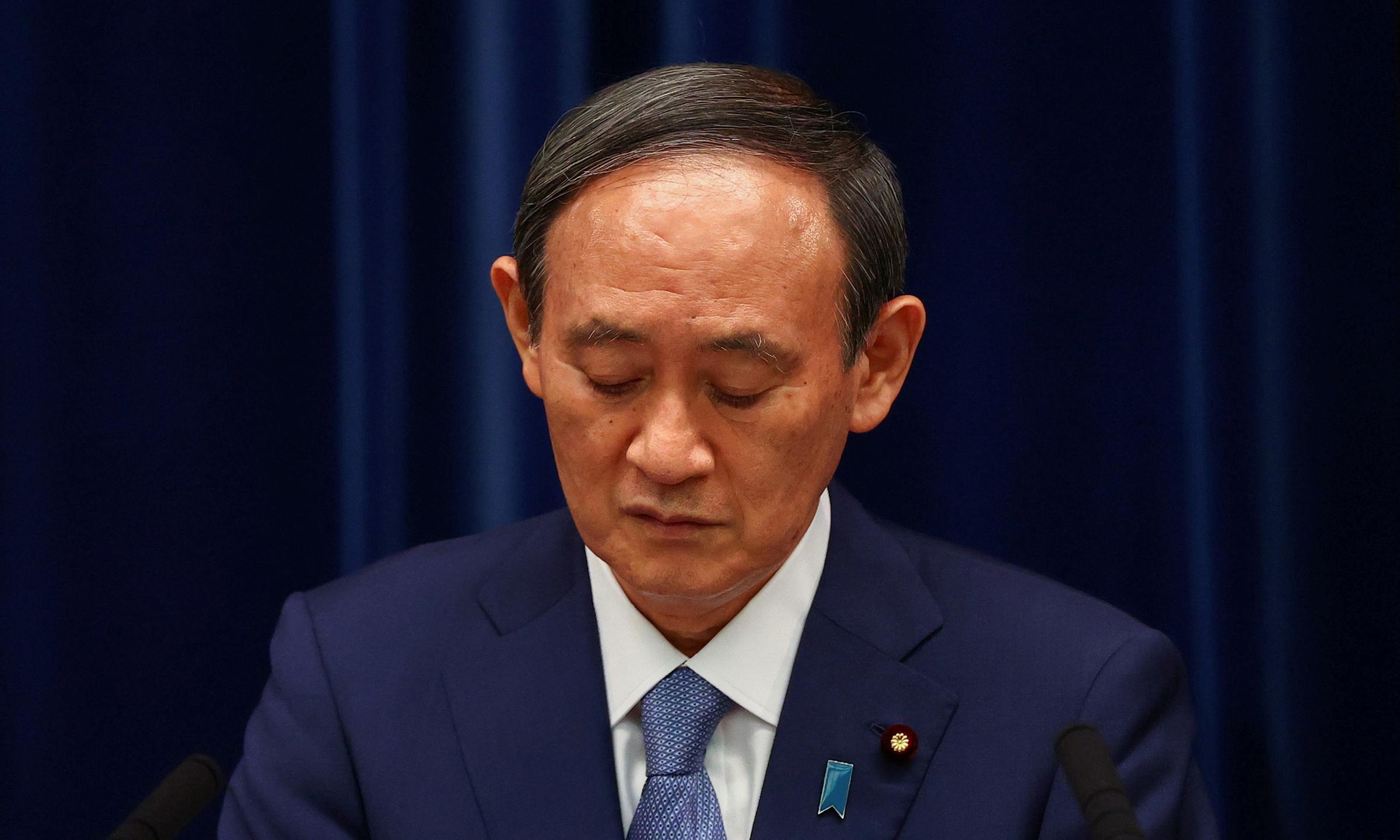 Thủ tướng Nhật Yoshihide Suga tại một cuộc họp báo ở Tokyo hôm 30/7. Ảnh: Reuters.