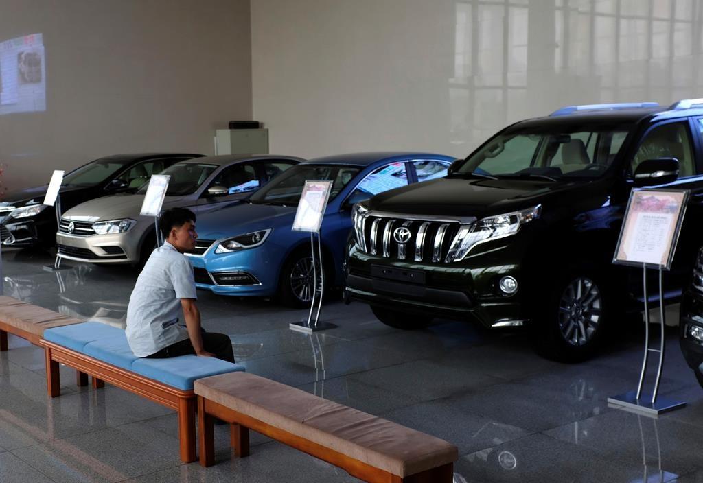 Một người đàn ông tới xem xe tại một đại lý ở Bình Nhưỡng năm 2018. Ảnh: AP/Dita Alangkara