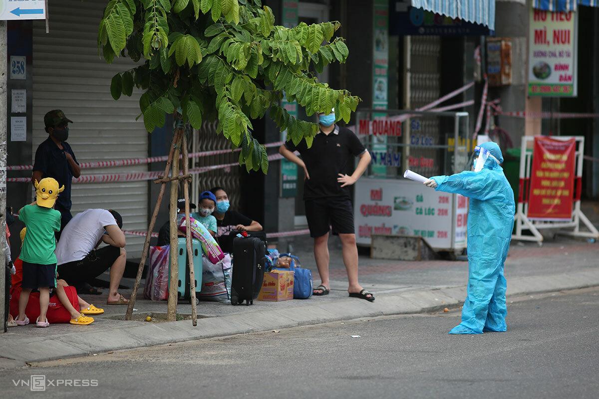 Các F1 liên quan các ổ dịch tại phường Tam Thuận, quận Thanh Khê được đưa đi cách ly, chiều 3/9. Ảnh: Nguyễn Đông.