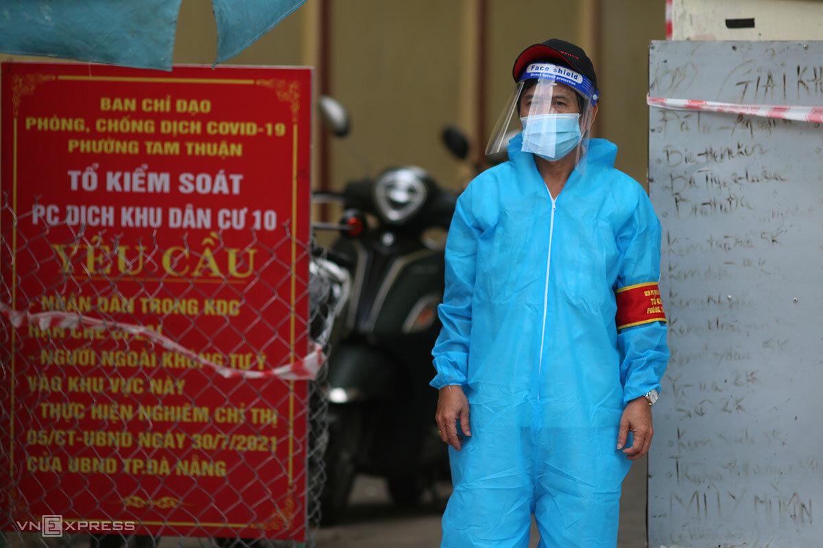 Một bảo vệ tổ dân phố mang đồ bảo hộ khi trực chốt tại kiệt 160 Trần Cao Vân, chiều 3/9. Ảnh: Nguyễn Đông.