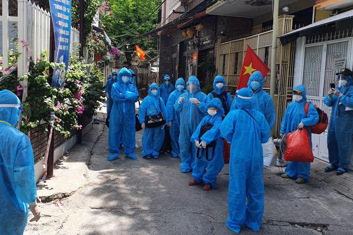 Người dân kiệt 158 Trần Cao Vân được đưa đi cách ly để giãn dân, chiều 3/9. Ảnh: Hồng Vân.