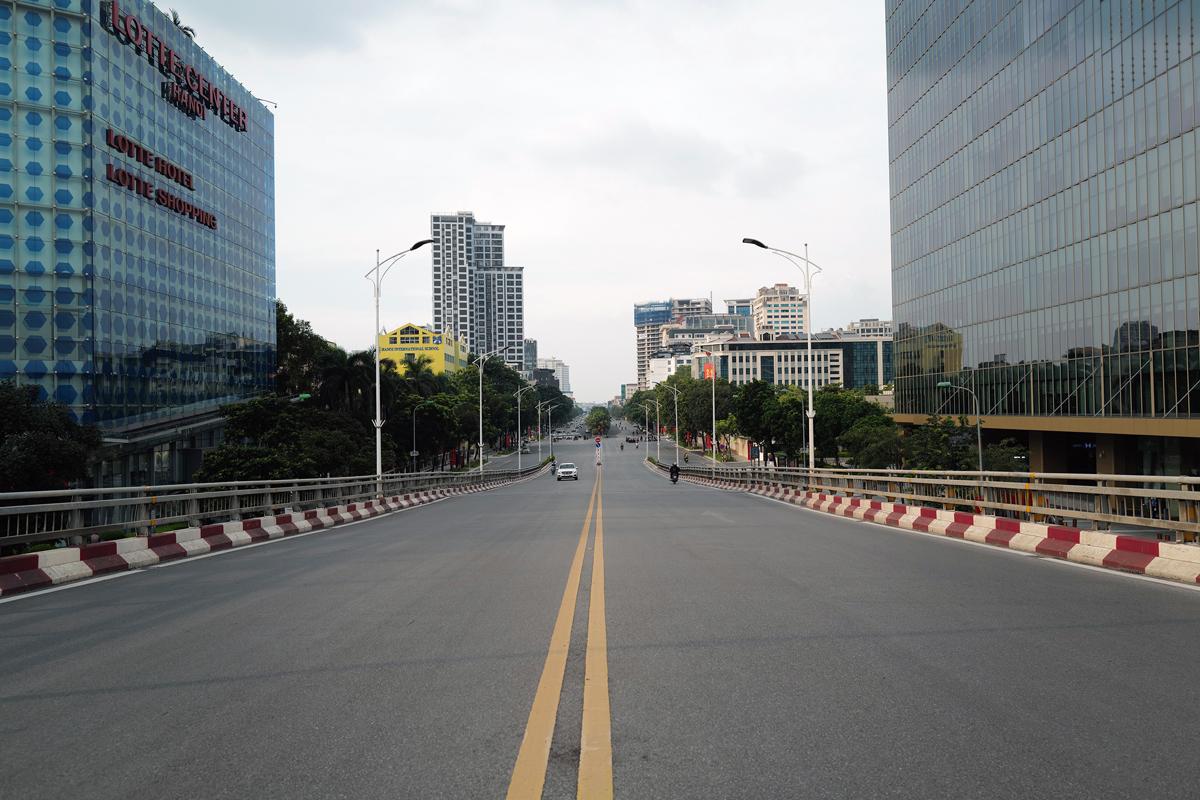 Khu vực cầu vượt nút giao Kim Mã - Nguyễn Chí Thanh vắng vẻ người đi lại hôm 2/9. Ảnh: Ngọc Thành.