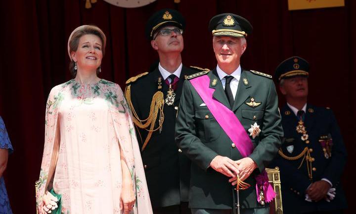 Vua Philippe và Hoàng hậu Mathilde trong một cuộc diễu hành tại Brussels, Bỉ, hôm 21/7. Ảnh: Reuters.