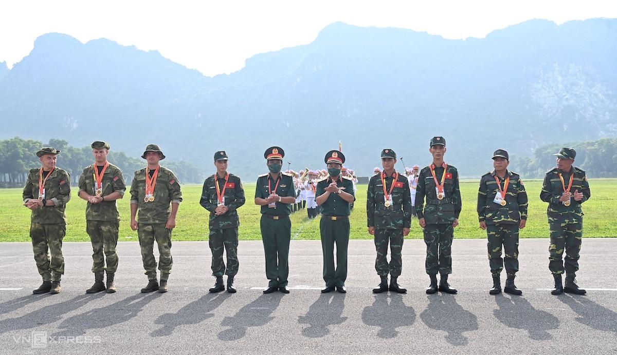 8 cá nhân xuất sắc nhất Army Games tại Việt Nam nhận huy chương vàng của Ban tổ chức nước chủ nhà. Ảnh: Giang Huy