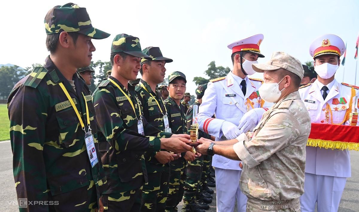 Chuẩn đô đốc Subbotin Andrei Nikolaevich, đại diện Ban tổ chức Hội thao Quân sự quốc tế 2021 của Bộ Quốc phòng Liên bang Nga trao kỷ niệm chương cho các vận động viên đội tuyển Lào. Ảnh: Giang Huy