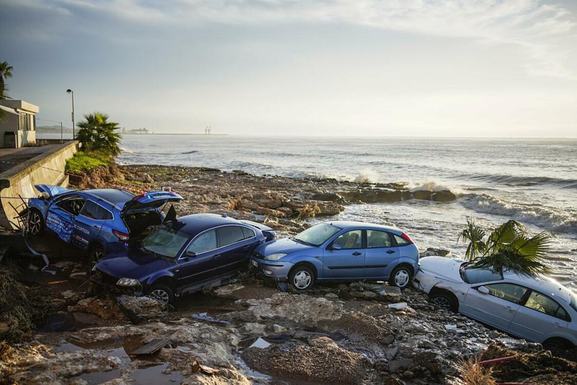 Xe cộ trong thị trấn Alcanar ở đông nam Tây Ban Nha bị cuốn ra biển vào ngày 2/9. Ảnh: AP.
