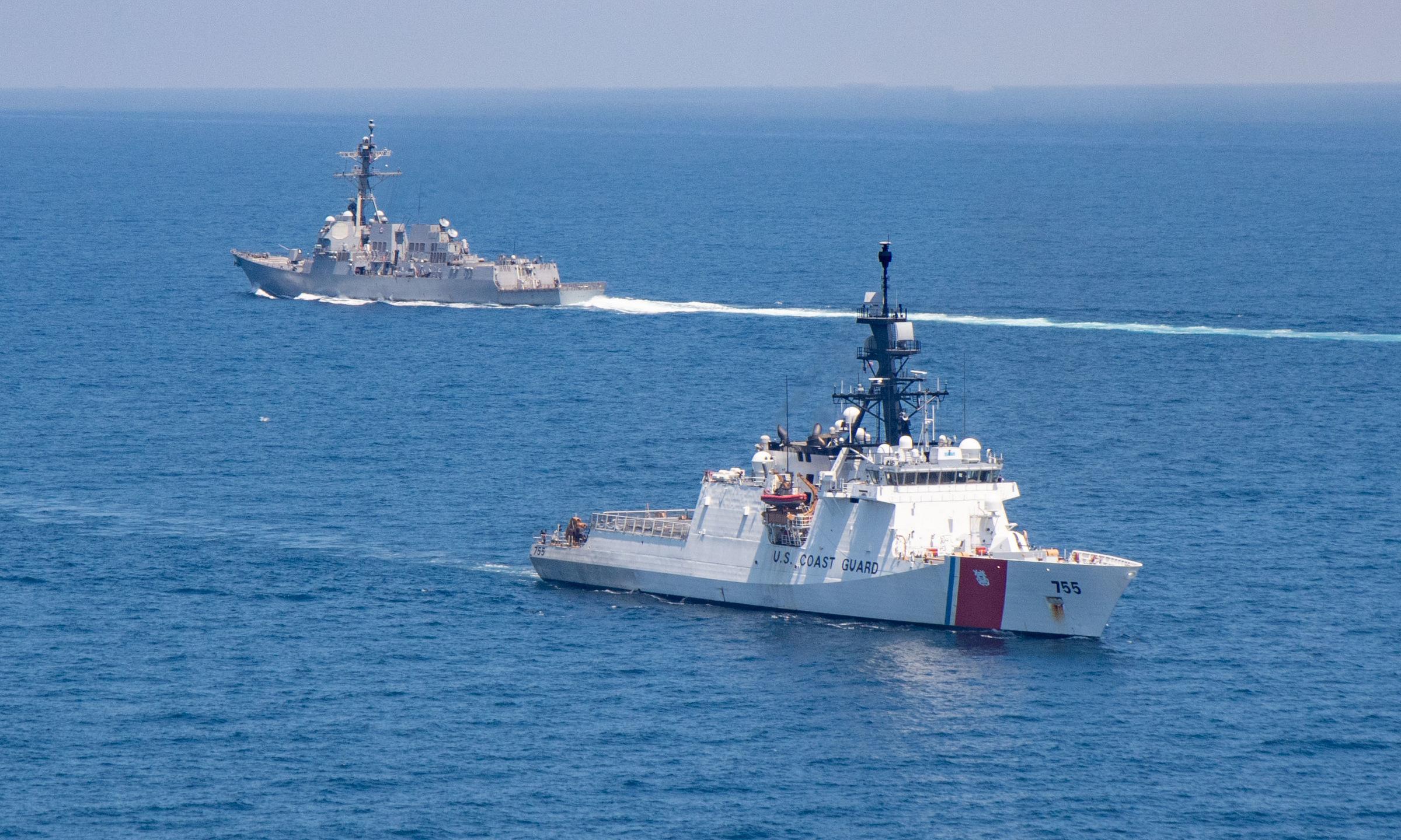 Khu trục hạm USS Kidd (trái) và tàu tuần duyên USCGC Munro của Mỹ đi qua eo biển Đài Loan hôm 27/8. Ảnh: US Navy.