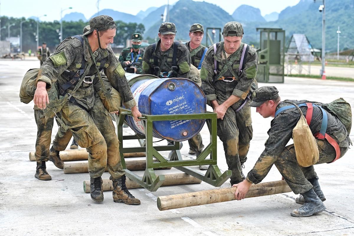 Vận động viên Đội tuyển Liên bang Nga vận chuyển vật nặng ở Chặng 3, nội dung thi Vùng tai nạn trên thao trường Trung tâm Huấn luyện quân sự quốc gia 4, chiều 2/9. Ảnh: Giang Huy