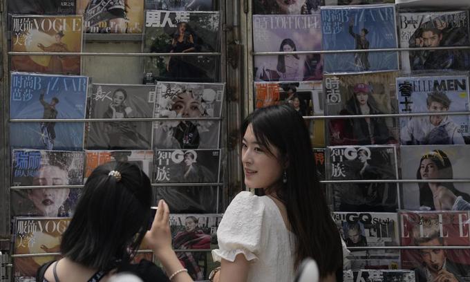 Sạp báo ở Bắc Kinh, Trung Quốc, ngày 1/8 với nhiều tạp chí dùng hình ảnh ngôi sao giới giải trí làm trang bìa. Ảnh: AP.