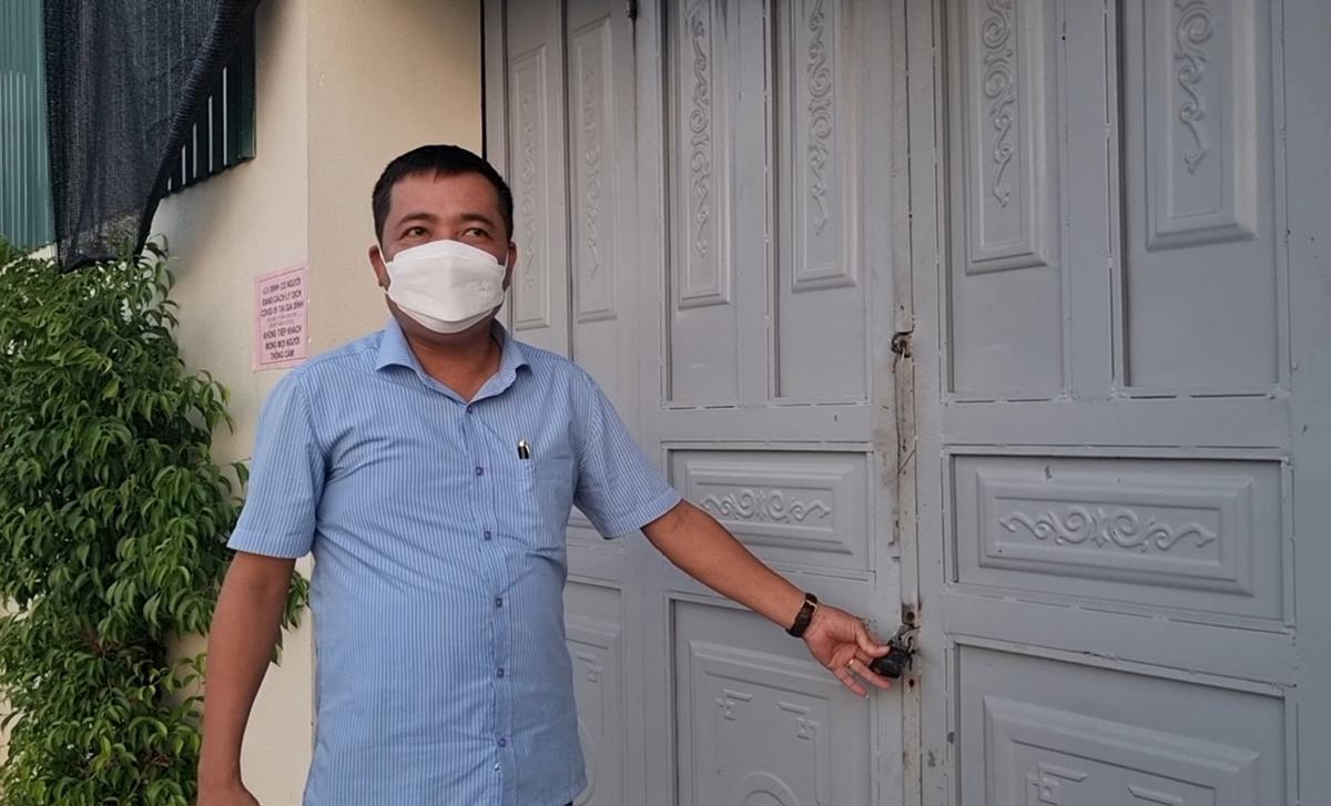 Chủ tịch UBND xã Hoằng Thái kiểm tra ổ khoá của một gia đình trên địa bàn. Ảnh: Lam Sơn.
