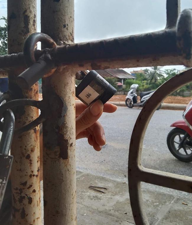 Ngoài ổ khoá của gia đình, chính quyền địa phương dùng thêm một khoá khác và có đánh số để tiện quản lý. Ảnh: Lam Sơn.