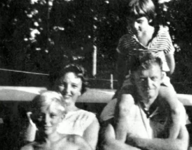 Bác sĩ Arthur Duperrault cùng vợ và hai con chết trong vụ thảm án trên tàu. Ảnh: Vintage Everyday Photos