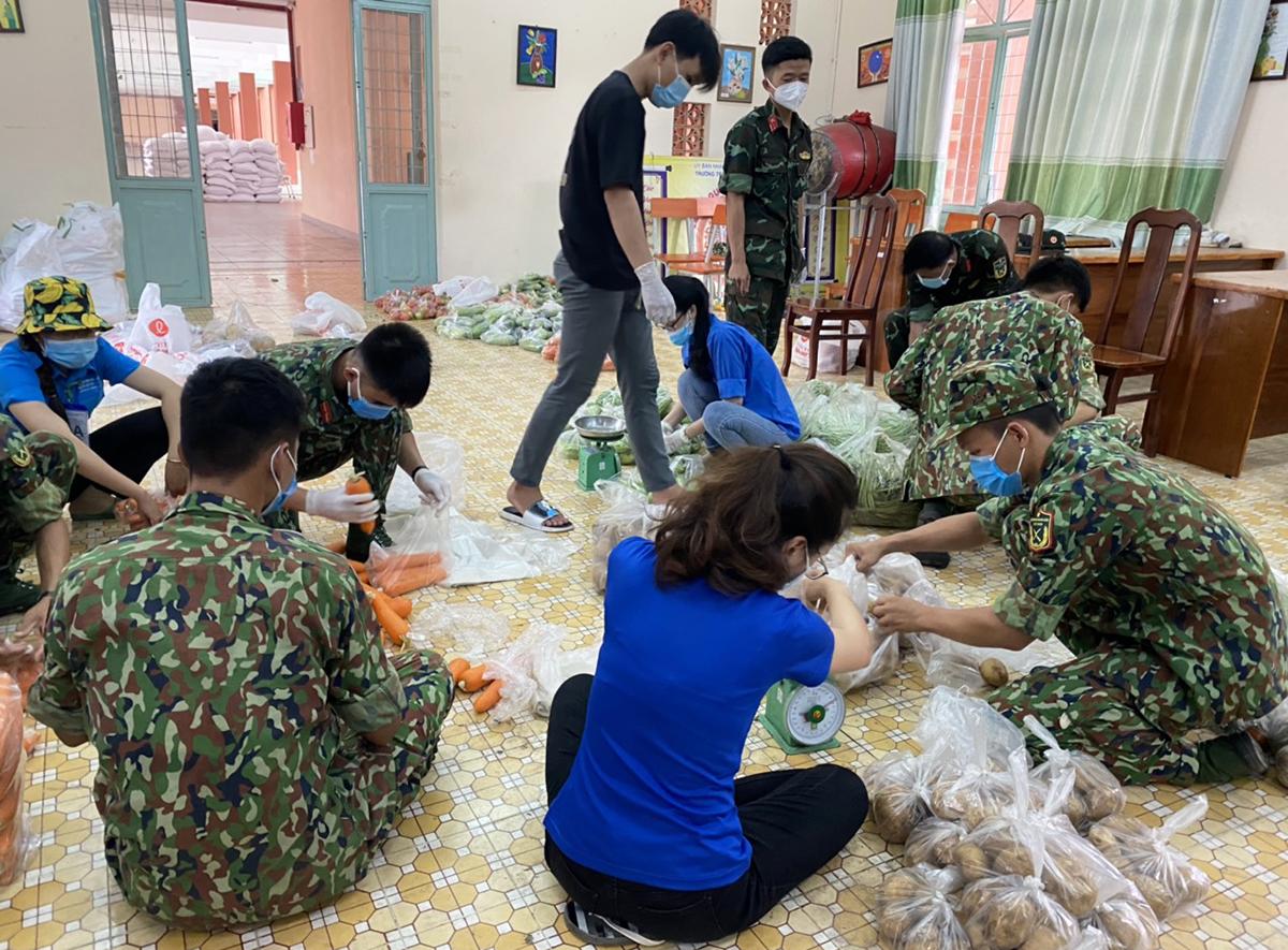 Tổ đi chợ của xã Tân Nhựt chuẩn bị các túi đồ mang đến cho người dân. Ảnh: An Phương