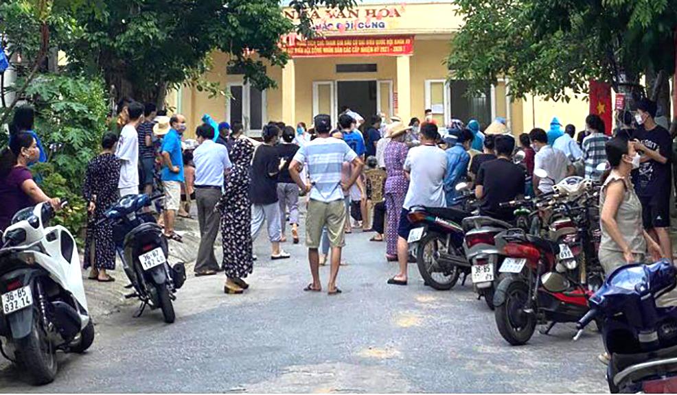 Người dân tụ tập, không giữ khoảng cách an toàn khi lấy mẫu xét nghiệm tại một khu phố ở phường Đông Thọ hôm 3/9. Ảnh: Lam Sơn.