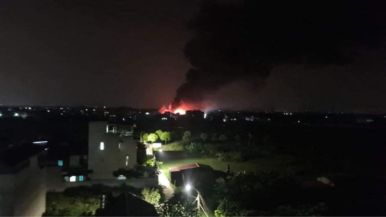 Cột khói từ vụ cháy quan sát cách hiện trường hơn một km. Ảnh: N.N