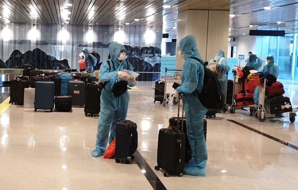 Hành khách chuyến bay VN5311. Ảnh: Bình Minh