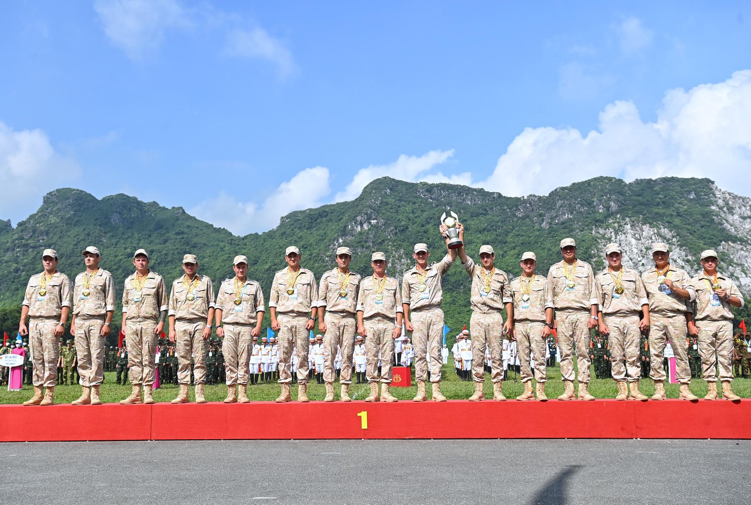 Đội tuyển Liên bang Nga nhận cúp và huy chương vàng nội dung Vùng tai nạn tại Trung tâm Huấn luyện quân sự quốc gia 4 của Việt Nam, sáng 4/9. Ảnh: Giang Huy