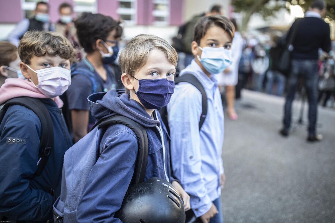 Học sinh đeo khẩu trang đến trường ở Strasbourg, Pháp hôm 2/9. Ảnh: AP.