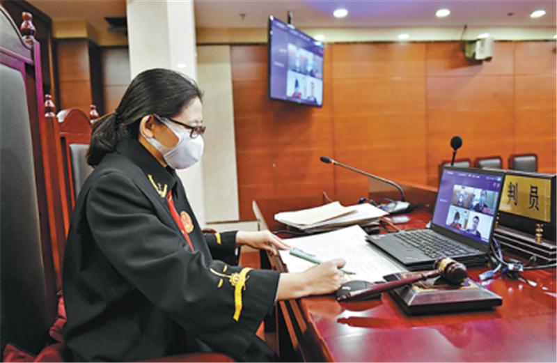 Thẩm phán TAND quận Triều Dương, Bắc Kinh trong một phiên toà trực tuyến tháng 6/2020. Ảnh: Chinadaily