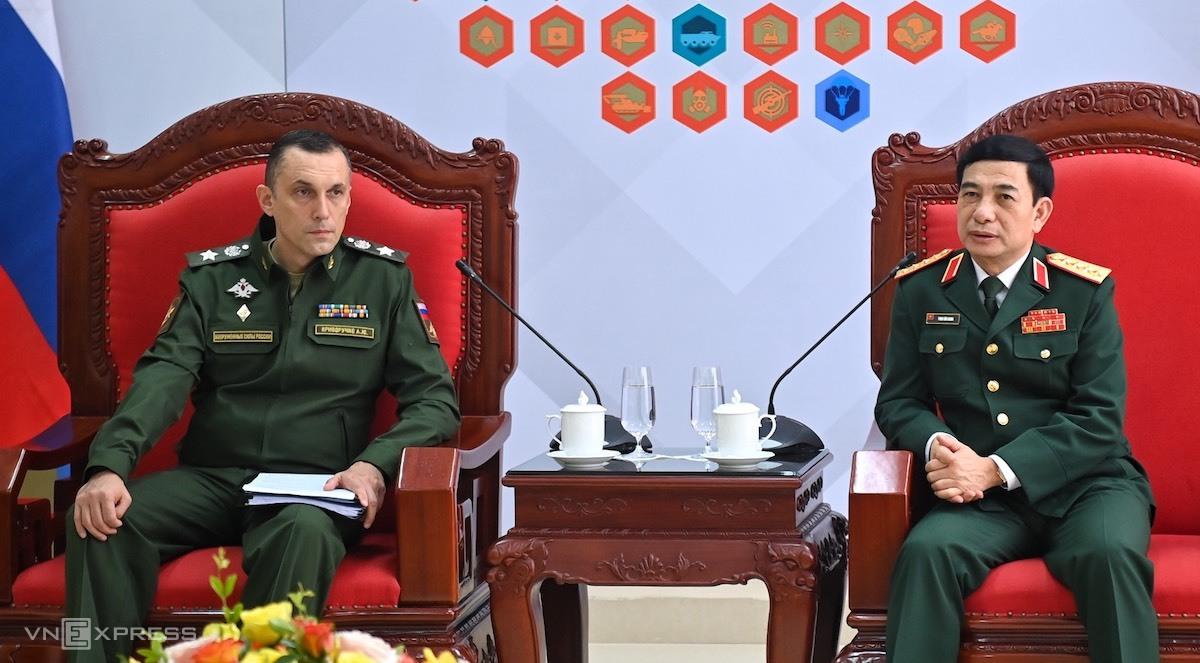 Đại tướng Phan Văn Giang, Bộ trưởng Quốc phòng Việt Nam (phải) tiếp xã giao ông Krivoruchko Aleksei Iurievich, Thứ trưởng Quốc phòng Nga tại Trung tâm Huấn luyện quân sự quốc gia 4, sáng 4/9. Ảnh: Giang Huy