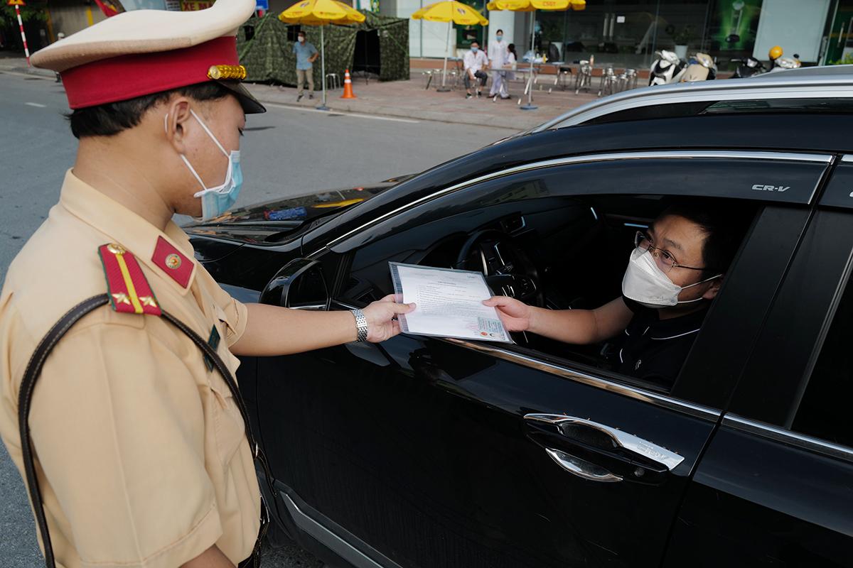 Cảnh sát giao thông kiểm tra giấy đi đường sáng 4/9 ở Hà Nội. Ảnh: Ngọc Thành.