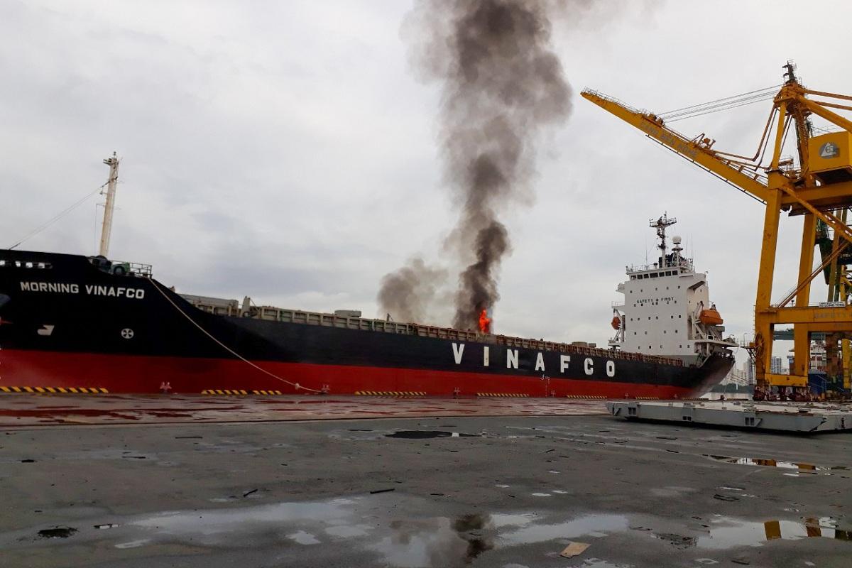 Đám cháy tàu Morning Vinafco sáng 4/9. Ảnh: Đức Thắng.