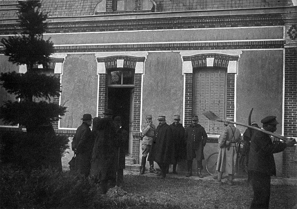 Cảnh sát Paris tìm kiếm thi thể các phụ nữ mất tích quanh khu nhà ngoại ô của Henri, tháng 4/1919. Ảnh: Curieuseshistoires