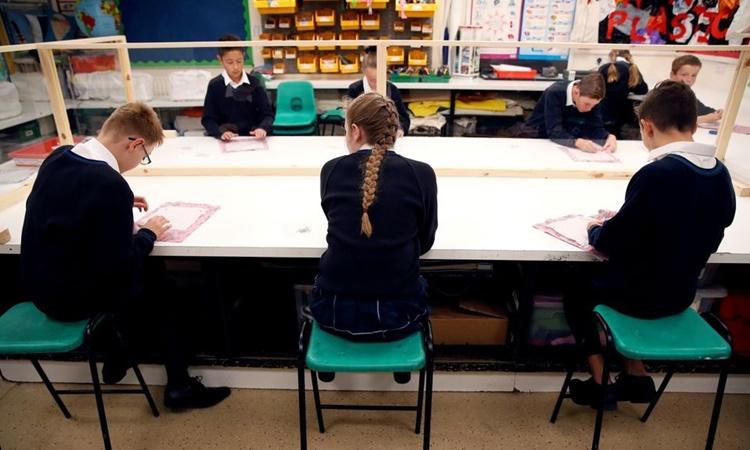 Học sinh trong buổi học đầu tiên tại trường Heath Mount ở làng Watton at Stone, Anh, hồi đầu tháng 9 năm ngoái. Ảnh: Reuters.